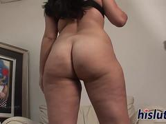 Curvaceous Latina looker enjoys stripping down