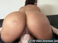 Big ass honey squishes her boyfriends face