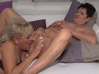 Mature lesbians Karina and Malinde eating eachothers pussy